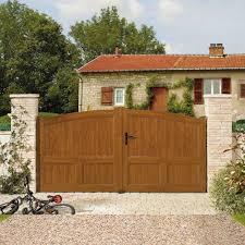 Par quoi remplacer un portail en bois ?